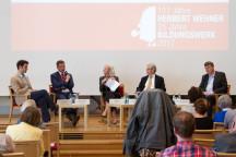 Gäste diskutieren auf dem Podium über das Skandinavische Modell