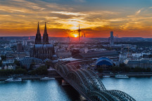Sonnenuntergang in Köln (Foto: Gerd Rohs, pixabay.com/de/photos/köln-kölner-dom-sonnenuntergang- 1846353/)