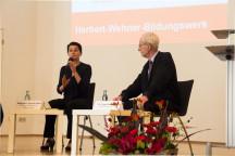 Daniela Kolbe und Dr. Jürgen Schmude auf dem Podium einer Veranstaltung zum 110. Geburtstag von Herbert Wehner.