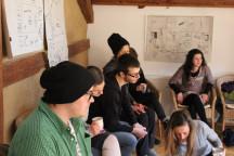Junge Menschen im Seminar