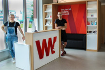 Zwei Personen im Foyer Herbert-Wehner-Bildungswerk